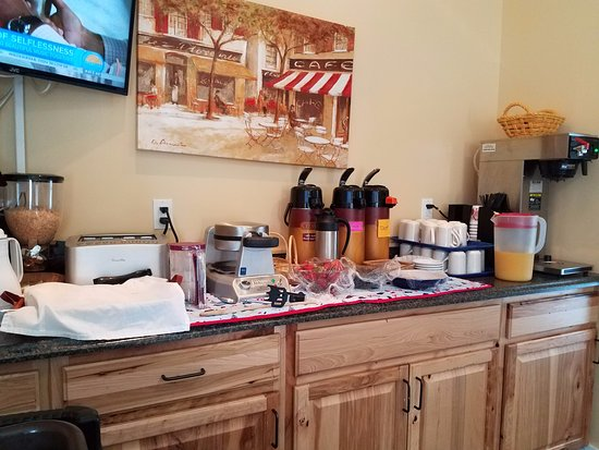 Schooner Bay Motor Inn: waffle, cereal, coffee area
