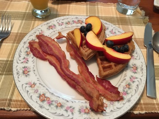 Sperryville, Βιρτζίνια: wheat oat waffles with fruit and bacon