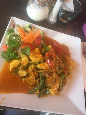 Asin: Heerlijke curry kip en madras kip. Verse groenten en specerijen.