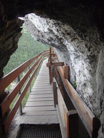 Saviese, Switzerland: Hier sieht man, wie auch der Fels ausgehauen wurde
