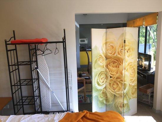 Monte Tamborine, Austrália: There was no door between the main bedroom and living area, please use screen