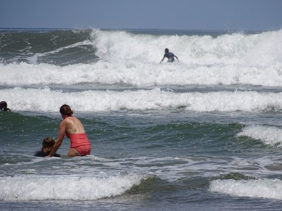 Nosara Beach (Playa Guiones): Surfing going on there