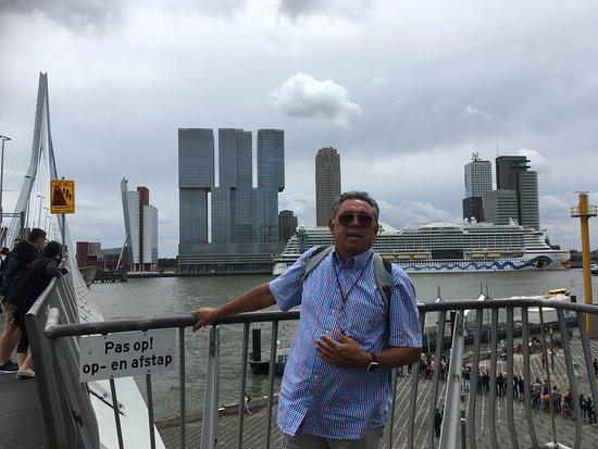 Erasmus Bridge: Manhattan van Rottjeknor op de Erasmusbrug en de AIDA op de achtergrond