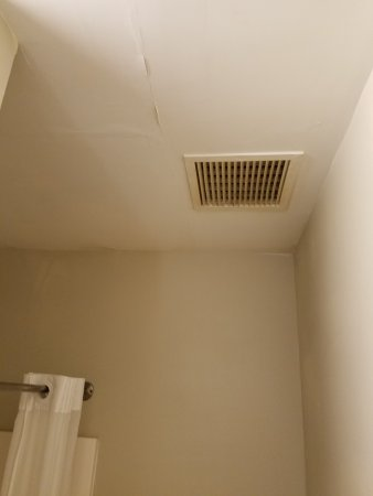 Super 8 by Wyndham Pevely: This is the ceiling in the bathroom