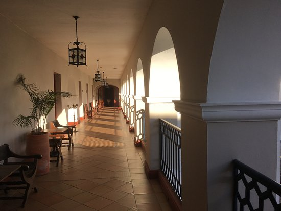 Hotel Dann Monasterio: Hall leading to rooms.