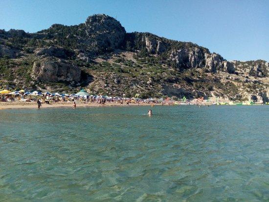 Kolimbia, กรีซ: Вид с пляжа Тсампика на гору где стоит Church