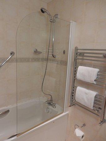 Portrush Atlantic Hotel: Tub/Shower