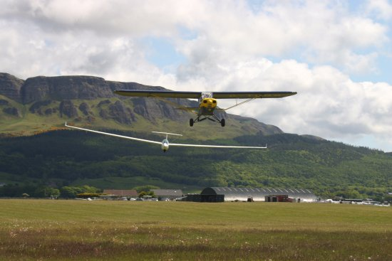 Limavady, UK: Tugg plane pulling a glider with Binevinagh mountain in the background