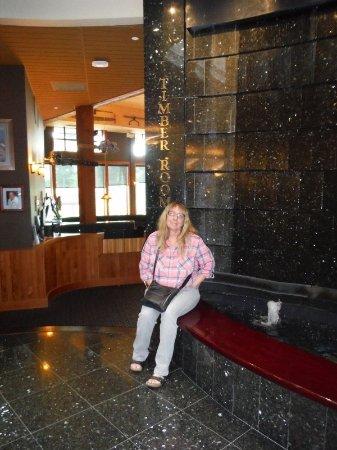 Courtenay, Καναδάς: COLLEEN SITTING BESIDE FOUNTAIN