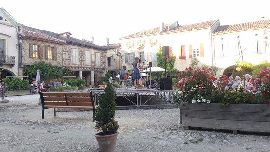 Labastide-d'Armagnac, Francia: place du village ravissante !!