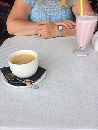 Coedpoeth, UK: milk shake, Americano