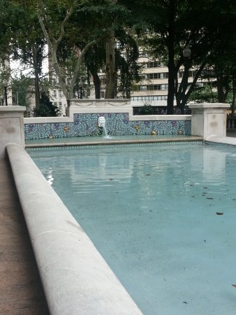 Rittenhouse Square: Fountain in the center of the park with a statue