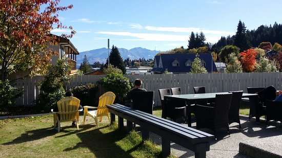 Mountain View Backpackers Wanaka: relaxing garden space