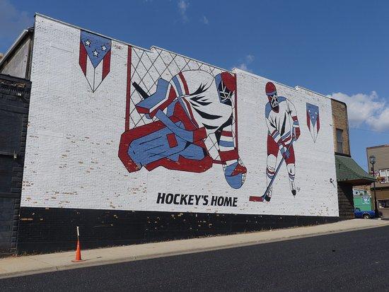 Eveleth, Μινεσότα: mural across the street from the hockey puck/stick