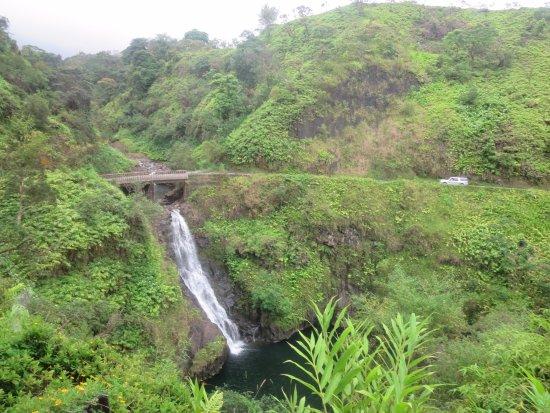 Wailuku, ฮาวาย: yep, road hugs cliff in many places