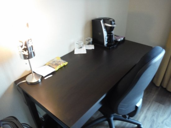 Lonsdale Quay Hotel Business Desk With Coffe Maker