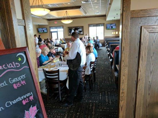 Μίντλαντ, Μίσιγκαν: This table is right in the middle of the main entryway. Plenty of room elsewhere in the dining a