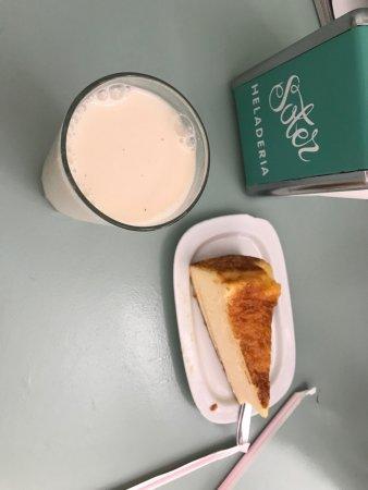 Pastel de queso y Horchata de almendra!!!! Delicious!!!