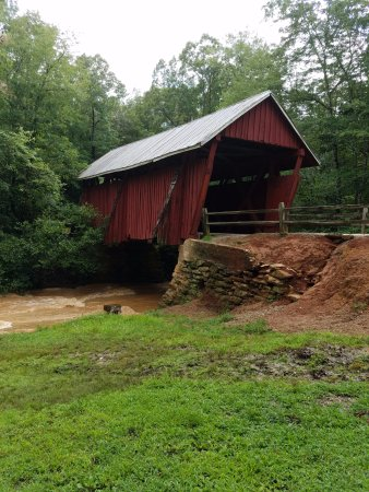 Landrum, Νότια Καρολίνα: Campbell's Covered Bridge over rain swollen Beaver Dam Creek