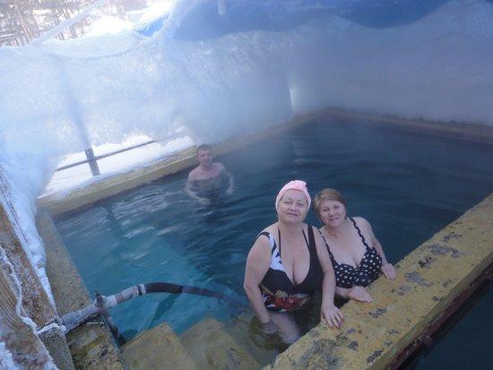 Severobaykalsk, Rosja: Лед и снег, а в лечебной ванне жарко
