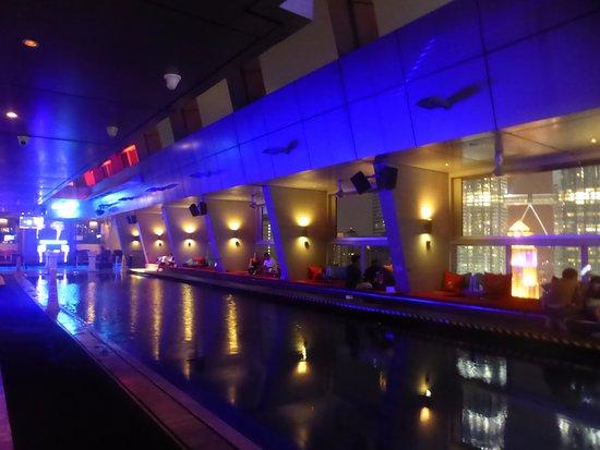 la piscine l 39 int rieur du bar picture of skybar kuala lumpur tripadvisor. Black Bedroom Furniture Sets. Home Design Ideas