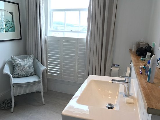 St Mawes, UK: Bathroom with sitting chair and view