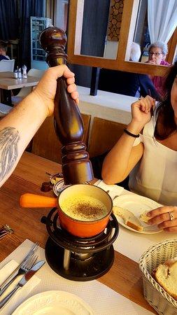 Chateau-d'Oex, Suiza: hier après-midi avec ma copine, une petite fondue car on avait déjà mangé auparavant !