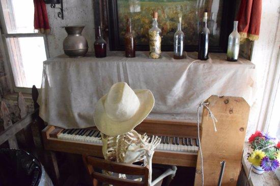 Йермо, Калифорния: Saloon