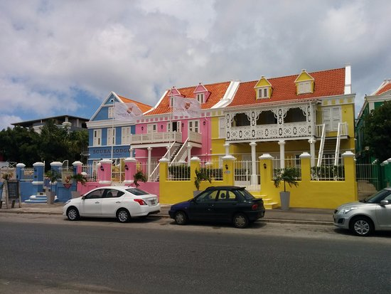 Scuba Lodge & Suites: The Colorful View of Scuba Lodge from the Street