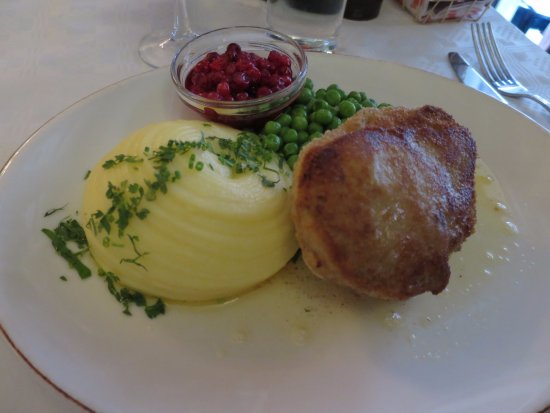 Grodan Grev Ture: Main course: Wallenbergare with potato mash, peas and lingonberry