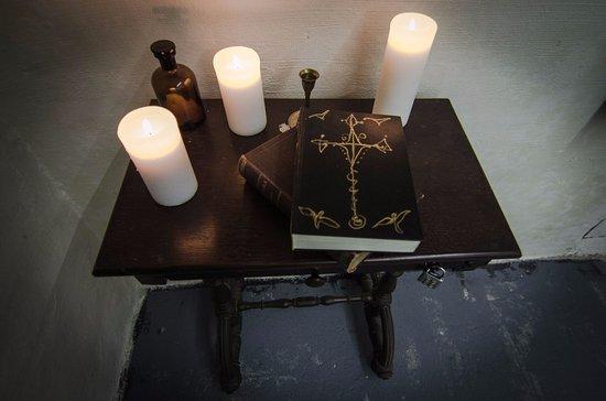 Klatba zednarova: Biskup Arnošt, který zednáře uvěznil, je věrný svojí víře.
