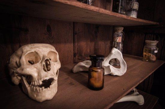 Klatba zednarova: Uprchlíci musejí prozkoumat všemožné artefakty, každý může být nápomocný...