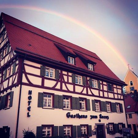 Stetten am Kalten Markt, Duitsland: Außenansicht Hotel im Hintergrund die katholische Kirche mit einem Regenbogen