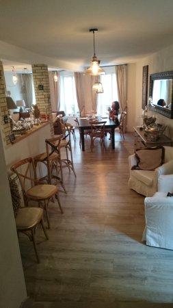 Verzy, France: Sala pranzo colazione e soggiorno ospiti