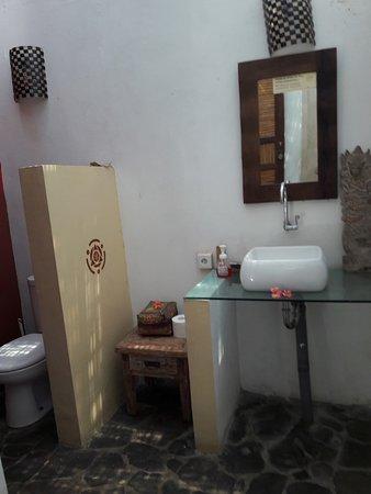 Mandala Bali Bungalow: bagno