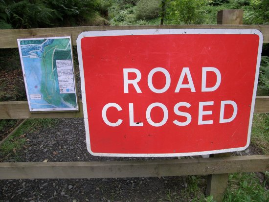 Sulby, UK: Sign saying glen is open next to one saying it is closed.