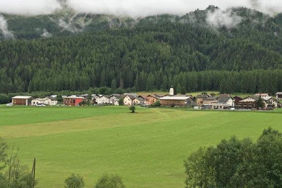 Fuldera, Suisse : Das Hotel ist das rosa Gebäude links von der Kirche