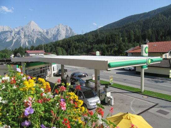 Ferienanlage Hotel Garni Larchenhof: Our Balcony view. The car park is across the road behind the building.