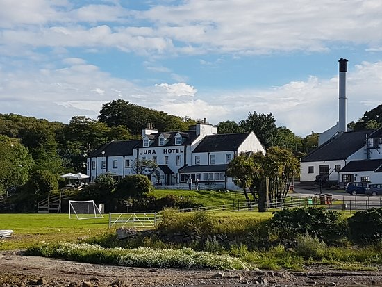 Isle of Jura, UK: The Jura Hotel with the distillery to the right