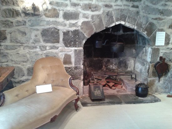 New Plymouth, Nova Zelândia: Fireplace in the sitting room with an old sofa.