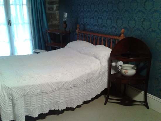 New Plymouth, Nova Zelândia: The bedroom and a commode which brought a little chuckle to my lips:)