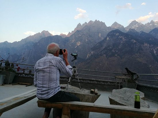 Condado de Shangri-La, China: The best view of the Jade Dragon Mountain from Tea Horse Guest House in  Tiger Leaping Gorge.