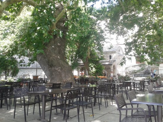 Makrinitsa, Grécia: Tables under the trees