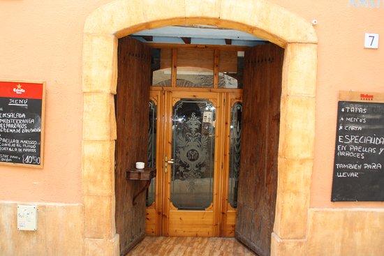 Restaurante masafe en torredembarra con cocina for Puerta xor de tres entradas