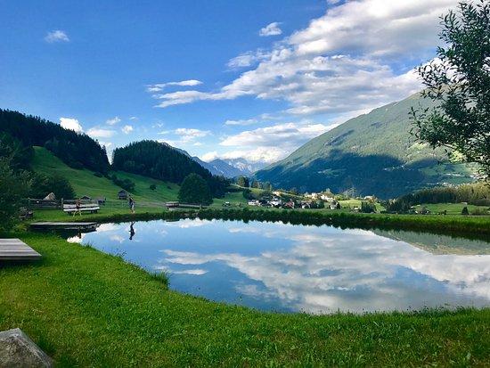 Wenns, Avusturya: Aussicht auf den hofeigenen Badesee mit Blick aufs Pitztal.