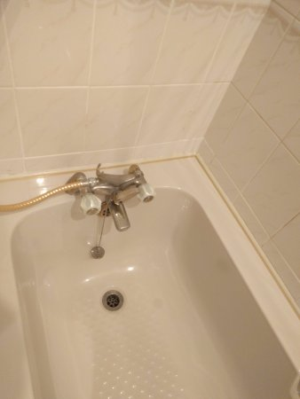 Abergavenny, UK: Out dated bathroom, not advertised on their site, I wonder why!!! 70s style