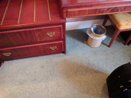Abergavenny, UK: Dirty carpet and out dated furniture which are badly chipped and scratch