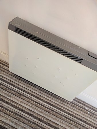 Abergavenny, UK: Top of ist floor heated, love the holes(NOT!) and check out the dust on the top right