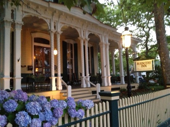 Mainstay Inn and Cottage: Relax on the veranda of the Mainstay Inn