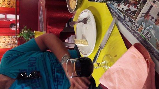 Contrexeville, Francia: De kapoen krijgt een ballon en na het eten nog een cadeautje! De papa krijgt een glas wijn bij z
